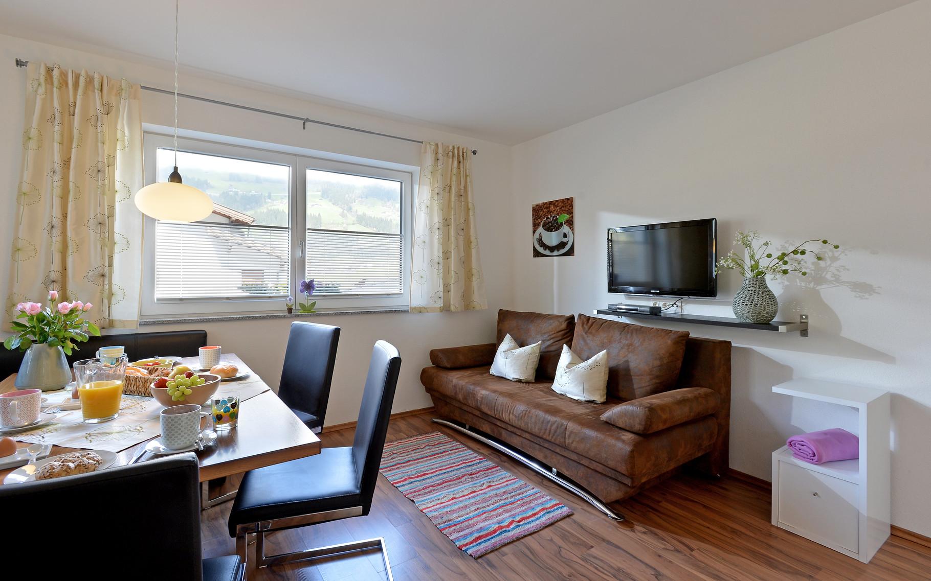 Wohnbereich samt ausziehbarer Schlacouch für 2 Personen Fewo Horberg - Apart Rauch