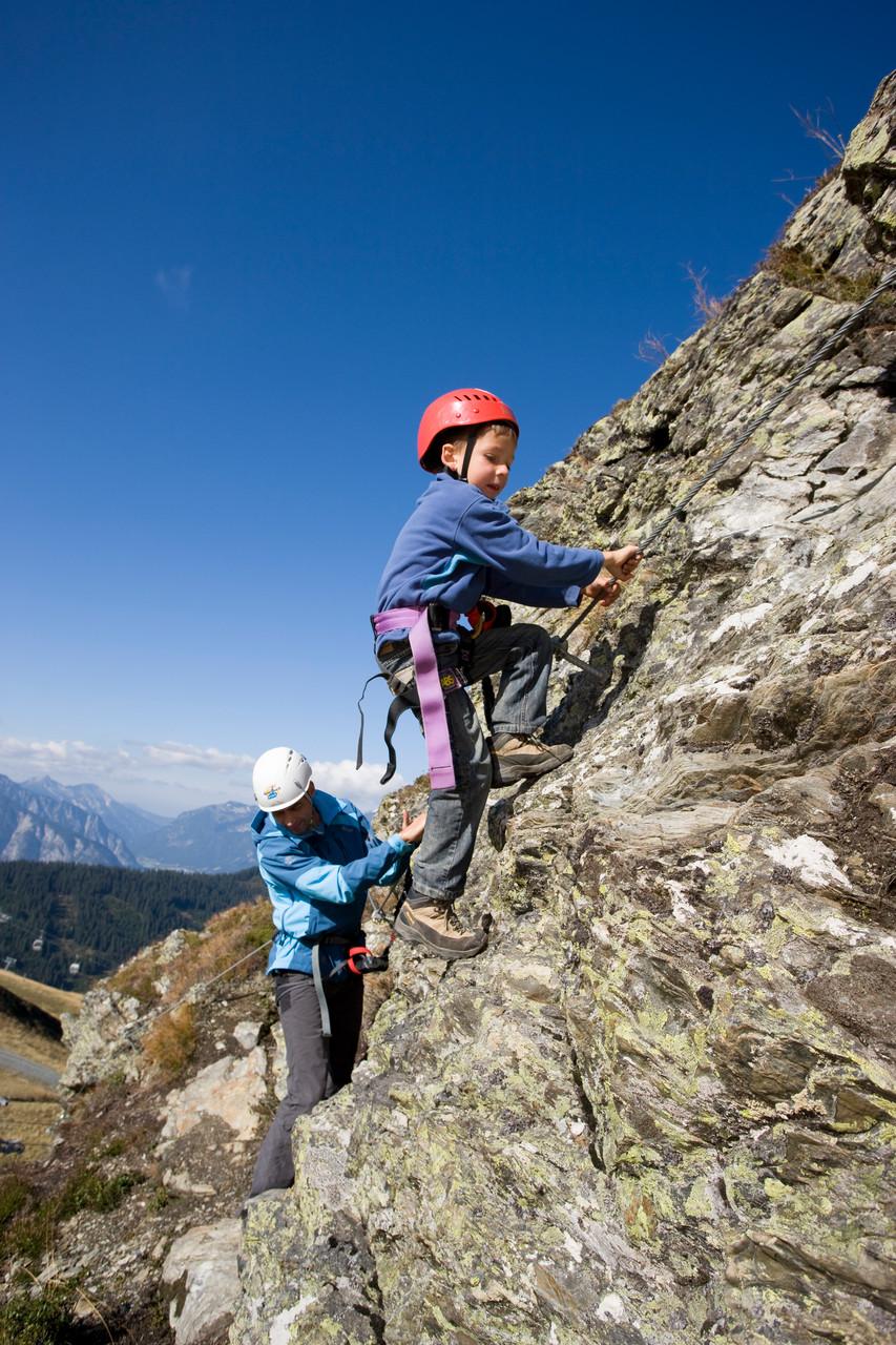erklimmen Sie die zahlreichen Klettersteige in unserer Region z.B. Kinderklettersteig Spieljoch © Zillertal Tourismus GmbH/Ritschel