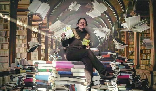 Die Ladeninhaberin umgeben von vielen Büchern stellt guten Service und günstige Preise vor