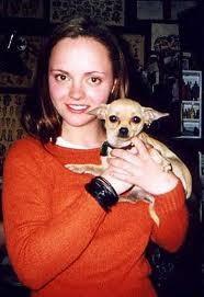 Foto de Christina Ricci con su chihuahua de pelo corto