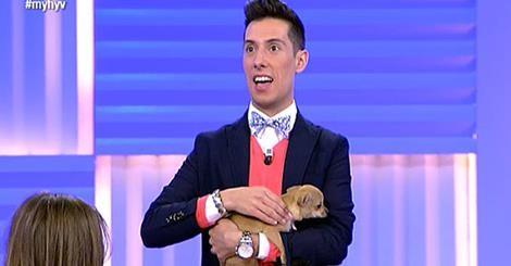 Foto del estilista Jesús Reyes del programa Mujeres, Hombres y Viceversa de Telecinco con su perro de raza chihuahua hembra de pelo corto llamada Pepa