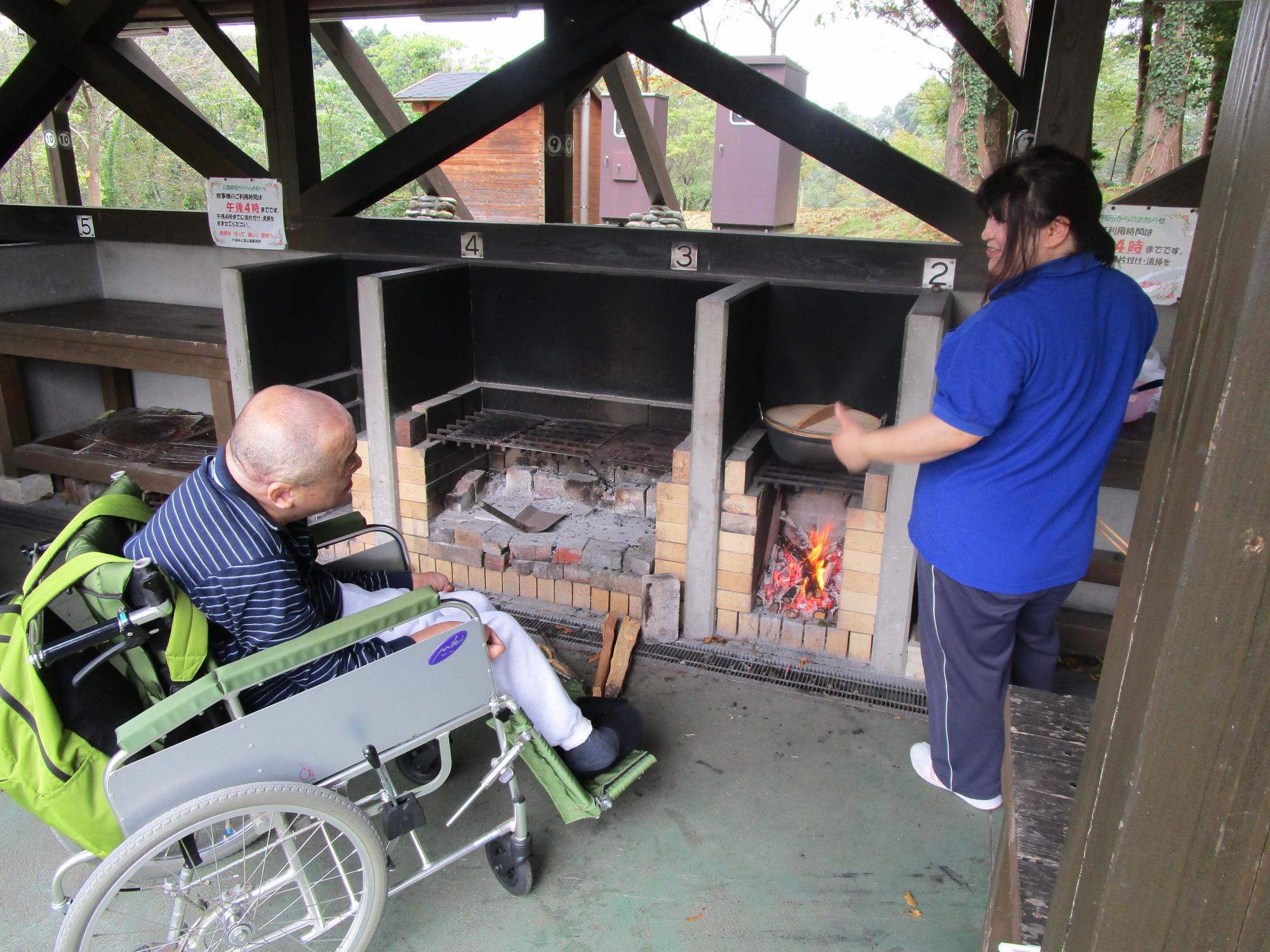 炭火で炊いたカレー。とってもいい匂いがしてきました