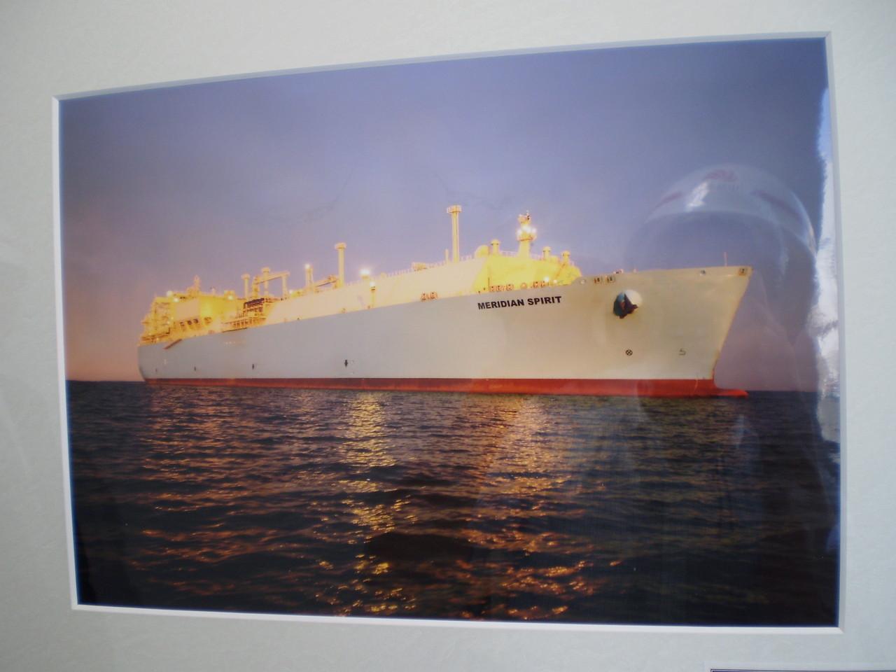 海外からLNG(液化天然ガス)が運ばれてきます