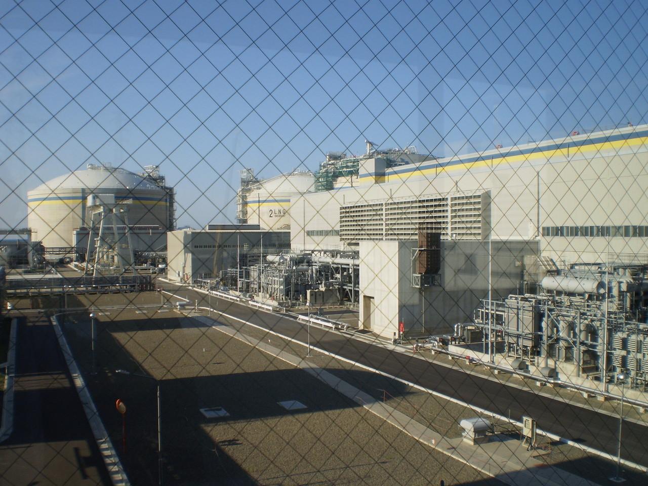 LNG貯蔵タンク(左)と発電建家(右)