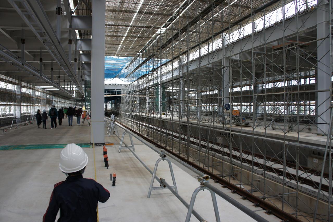 ホームに着きました。既存の新幹線駅に比べ明るい印象です。