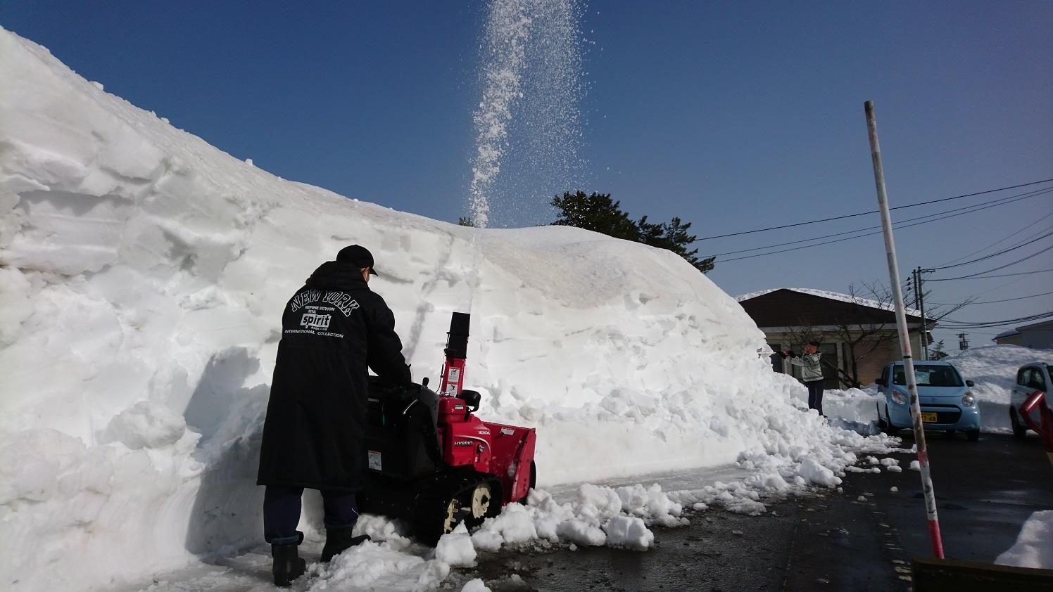 青空の下、ピーターが効率よく除雪していきます