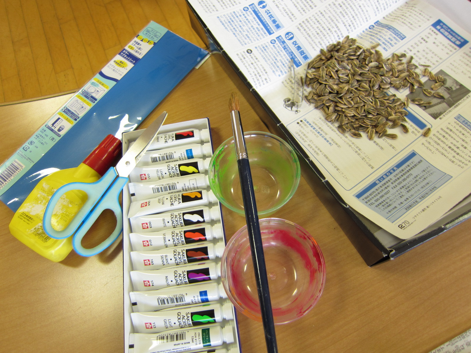 ひまわりの種と絵の具を使って「工作タイム」のスタート!