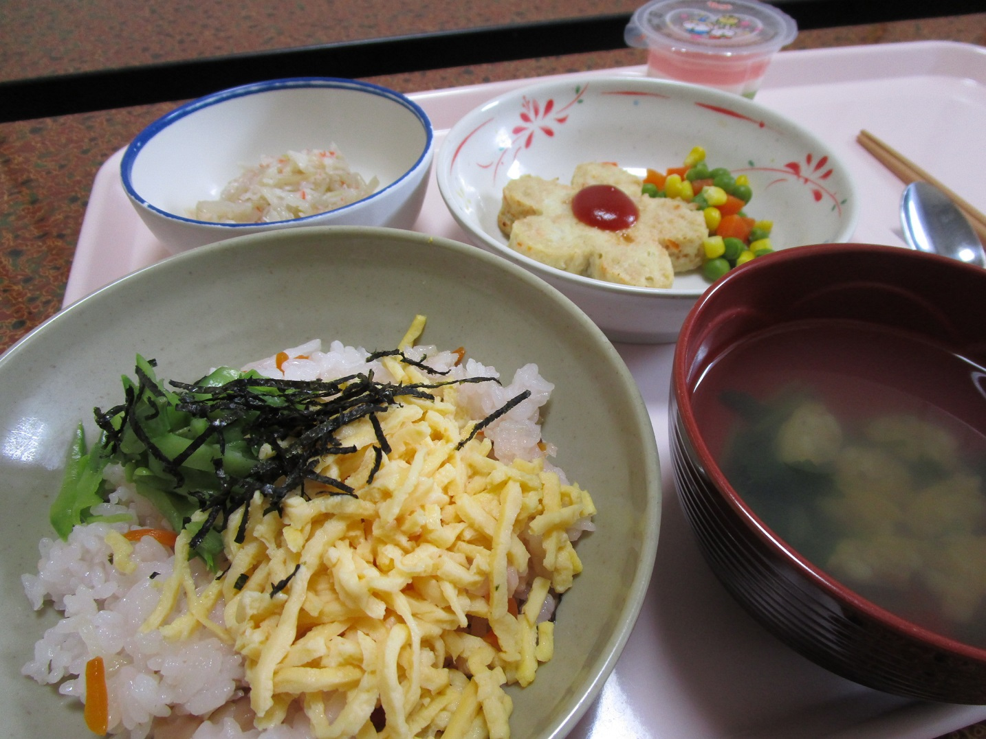 うみまち厨房特製『桜ちらし寿司』と『花びら豆腐ハンバーグ』