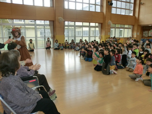 「ふれあい交流」の始まり。子どもたちの大声援に包まれる保育園内。