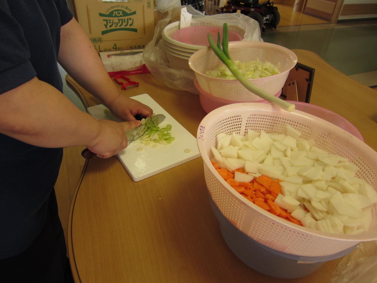 野菜をザクザク切っていきます