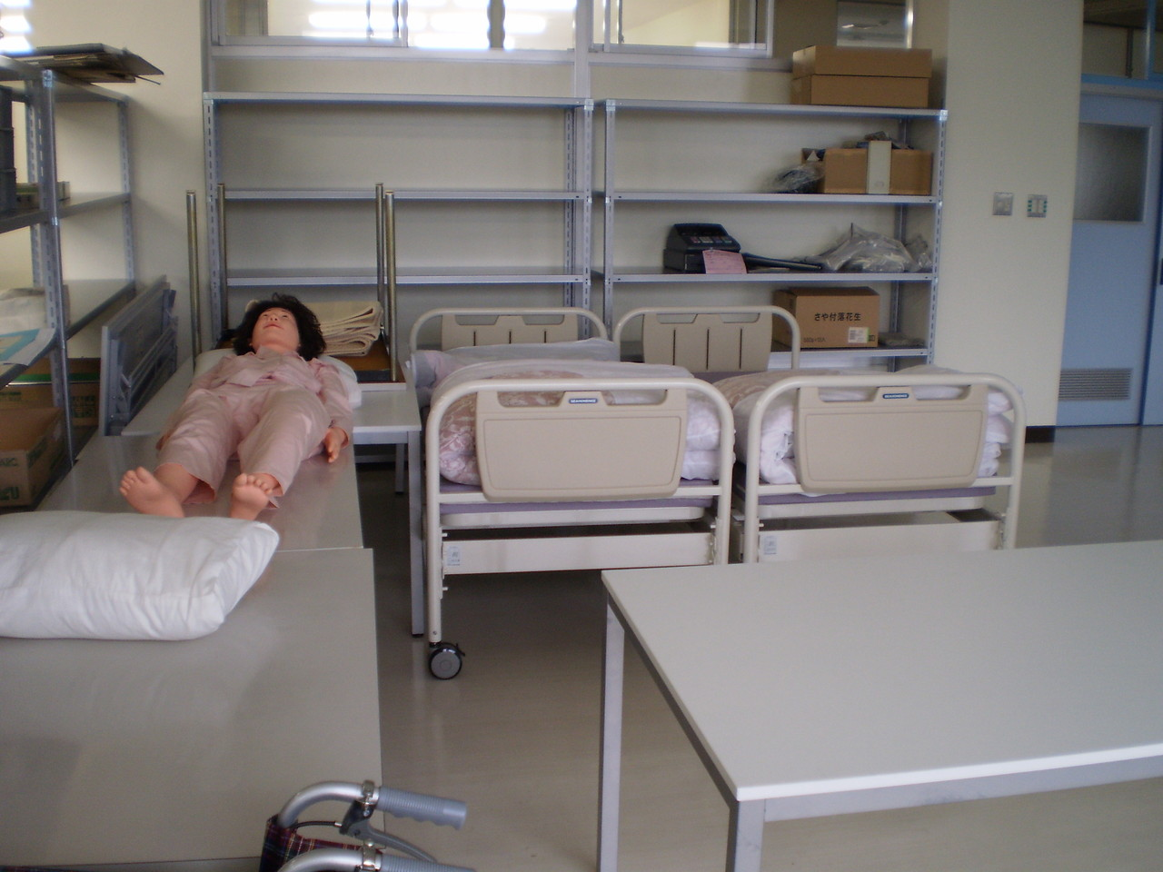 「福祉」実習ではベッドメーキングや車いすの介助を学習しています