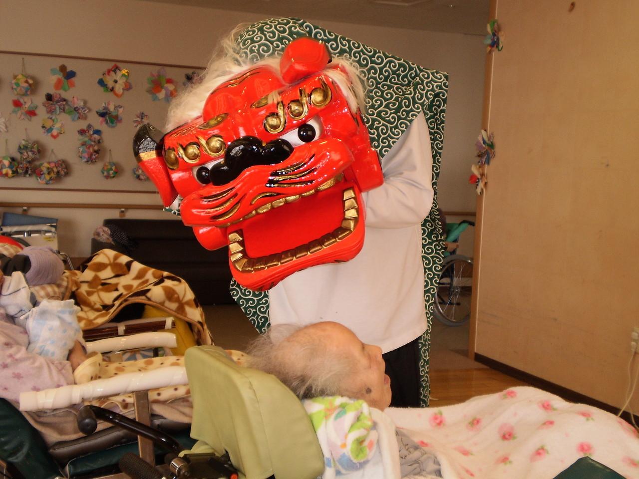 獅子舞でお正月を祝います