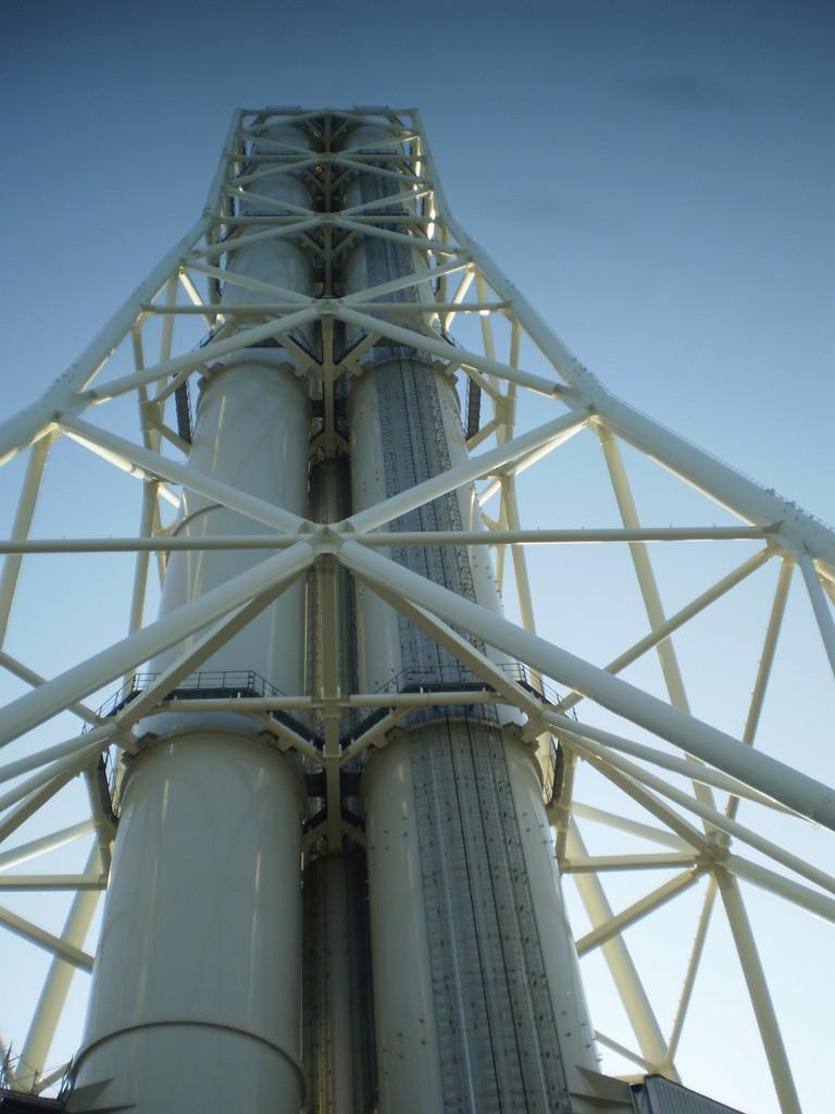 地上150mの煙突。排出物は水蒸気なのでクリーン