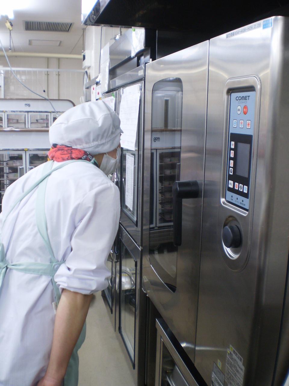 最新のオーブンを駆使して焼き加減を確認する、うみまち厨房のYさん