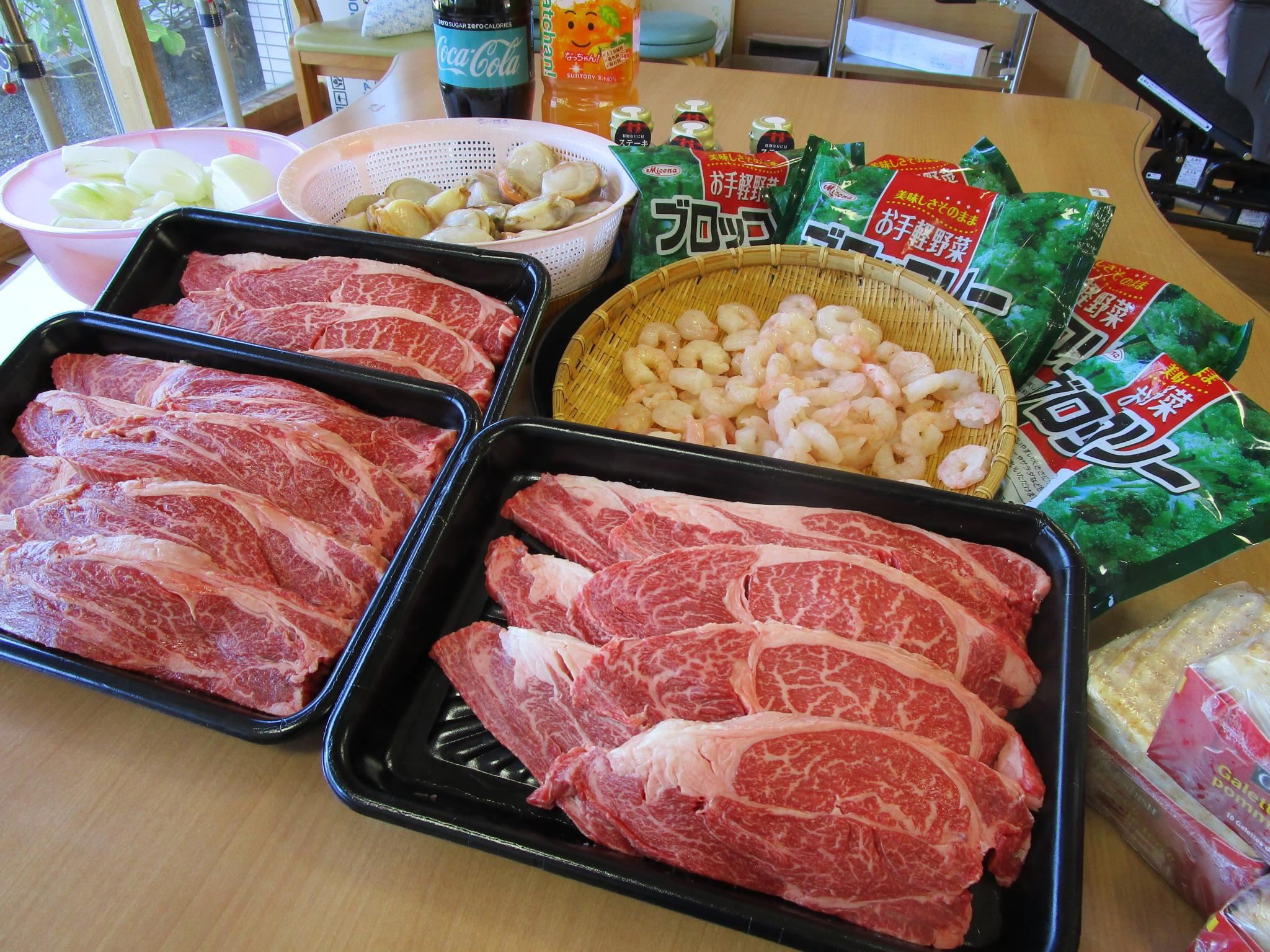 厚切りステーキ肉、えび、ホタテ。これから焼いていきます!