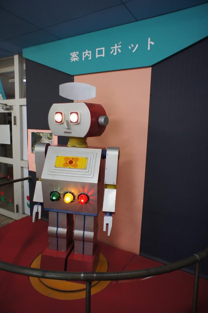 入口で案内ロボットがお出迎え。懐かしすぎます