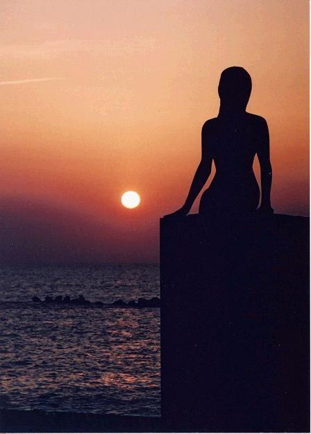 鵜の浜海岸から眺める「夕日」と「人魚の像」