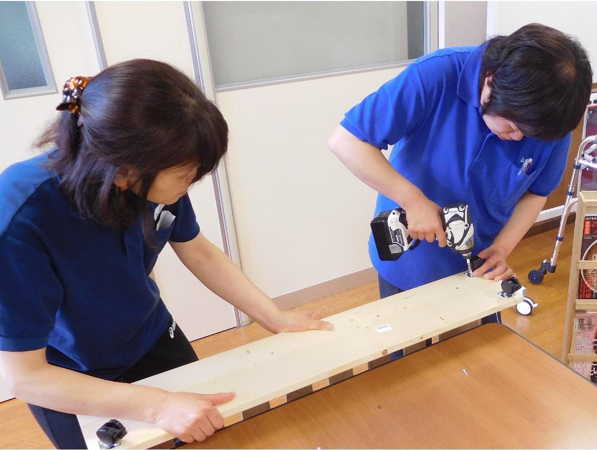 棟梁の指導を受けて作業に励む、ゆりかご女子職員