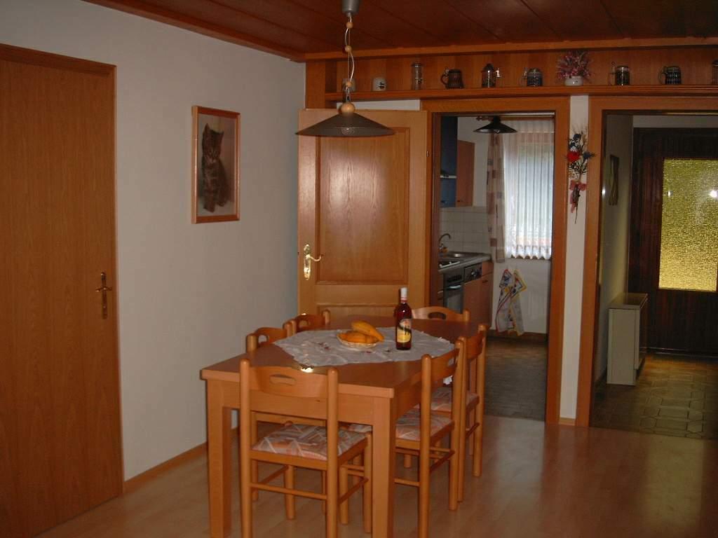Essraum mit Blick in die Küche