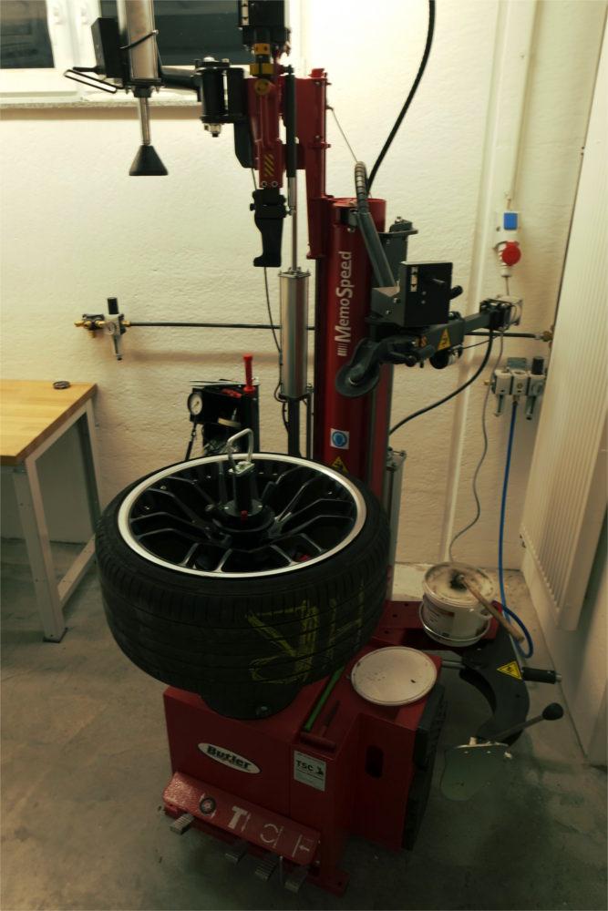 Montiermaschine, die einen schonenden Umgang mit Reifen und Felge zulässt