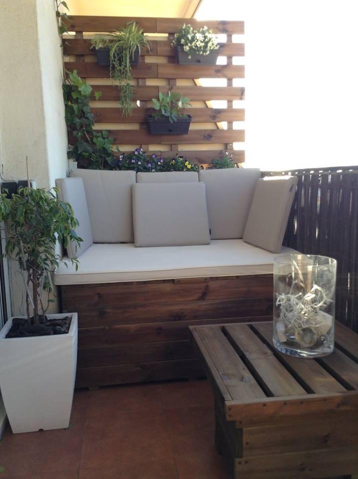 Balcon bien decorado (baul + celosias + mesa)