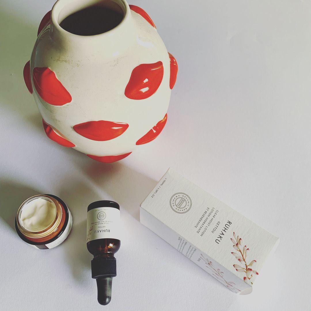 Ruhaku siero rigenerante garantisce una pelle elastica, regolando il ciclo vitale  della pelle