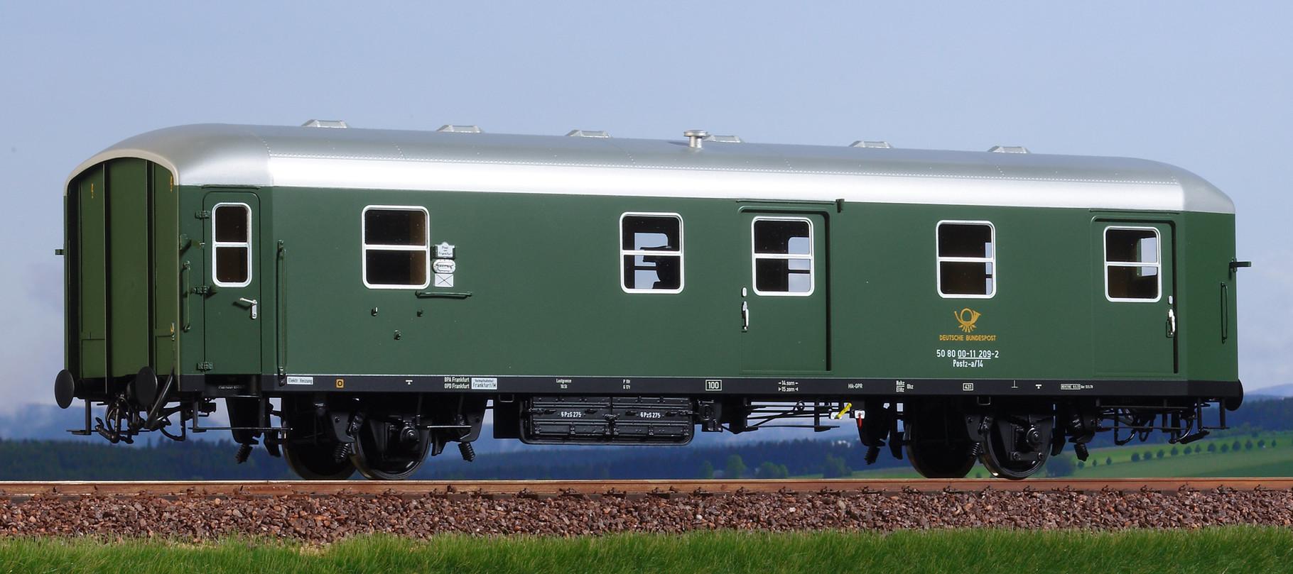 Spur 0, Bahnpostwagen Post 2-a/14, flaschengrün, ohne Einpolterungen an den Dachenden, Epoche IV