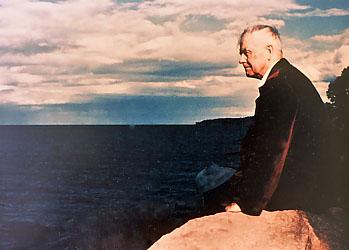 le Dr WG Sutherland contemplant l'océan à Pacific  Grove en Californie .