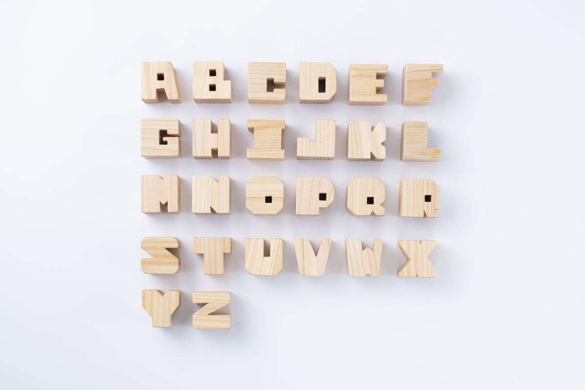 オリジナルのローマ字書体 アルファベットも積み木です