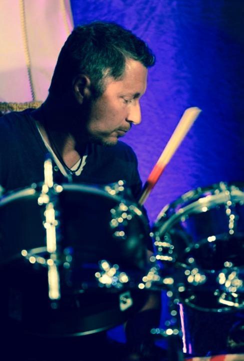 Jens - Die Rythmusmaschine - Immer in Bewegung, selten still und singt zur Entlastung von Sanny auch ein paar Titel. Wohlgemerkt während dem Schlagzeug spielen!