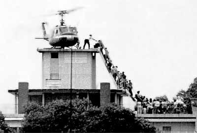 """Evacuación de la sede de la CIA en Saigón, el 29 de abril de 1970. Muchos civiles sudvietnamitas se quedaron en tierra, fueron apresados y enviados a campos de """"reeducación"""" durante años."""