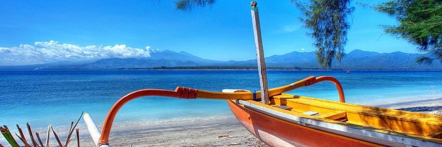 Bateau sur la plage de l'île de Gili Meno