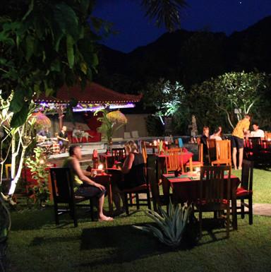 Jardin et restaurant de l'Hôtel à Pemuteran, Bali.