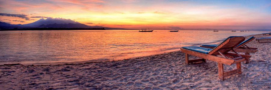 Coucher de soleil sur la plage de 7seas à gili Air