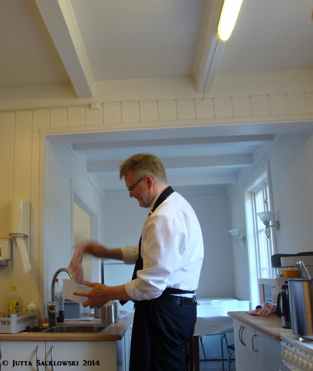 Asbjørn als Tellerwäscher
