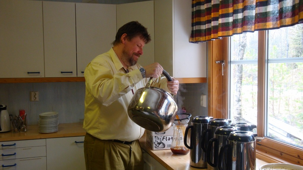 Kokekaffee (norw.) wird abgefüllt