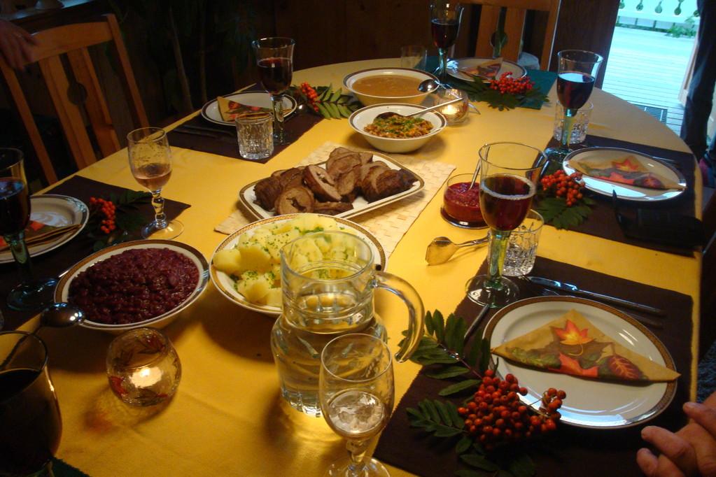 Elchrollbraten mit Rotkohl, Preiselbeeren + Pfifferlingen