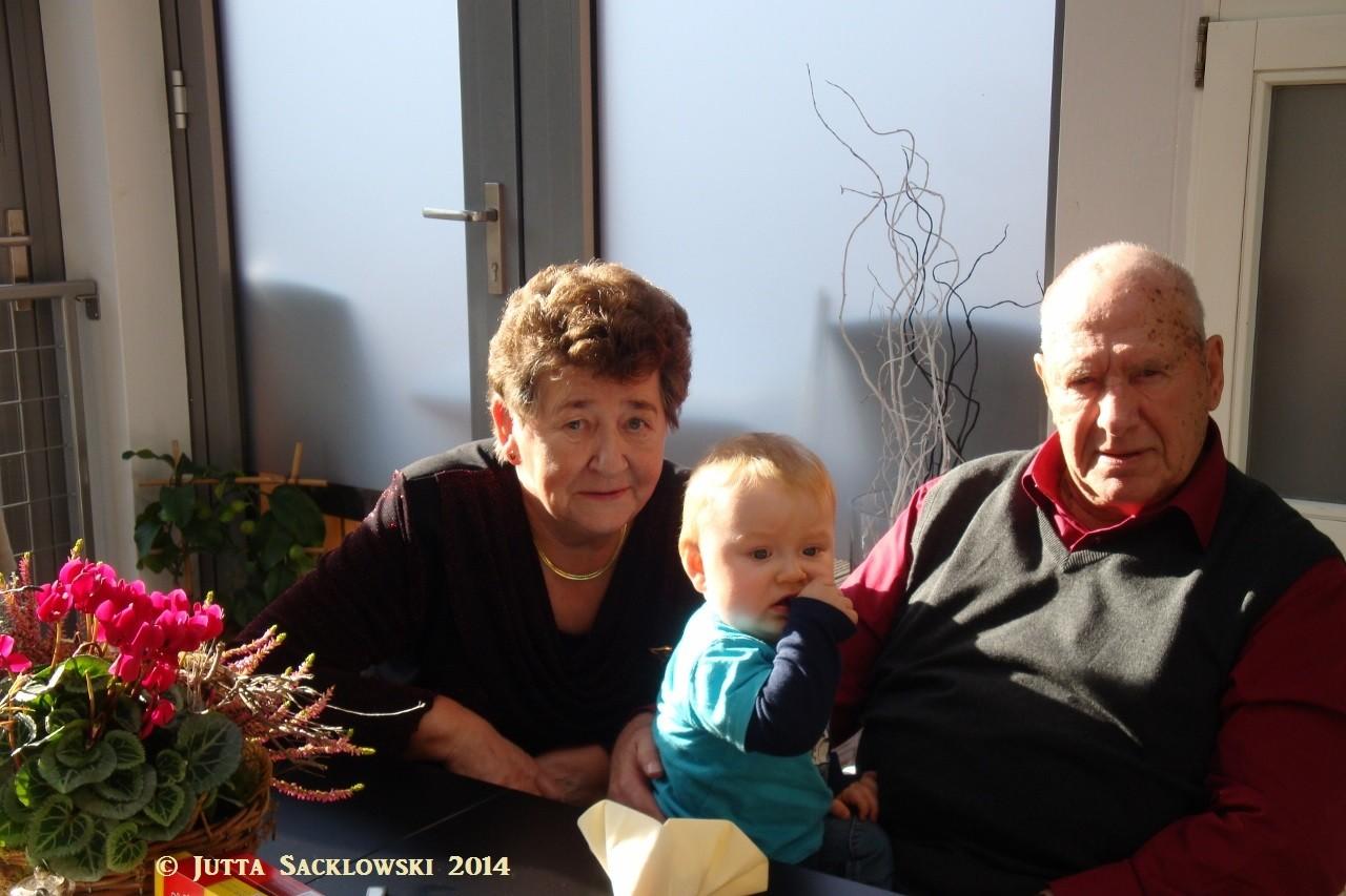 Oma und Opa mit dem jüngsten Enkel Fynn Jonas