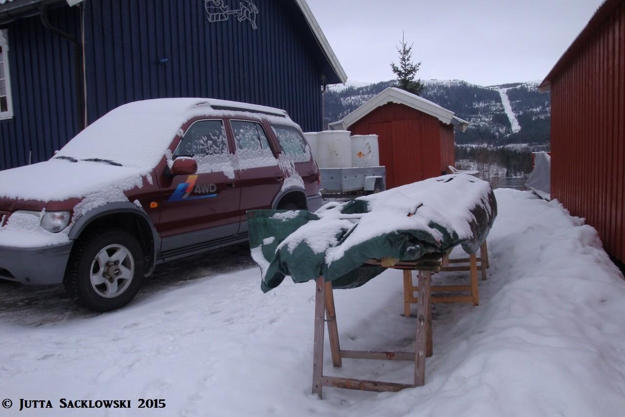 Bretter, Balken und Tonnen stehen bereit