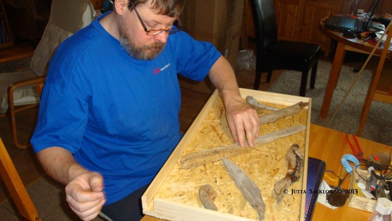 Knut arrangiert das Treibholz auf die Rückwand
