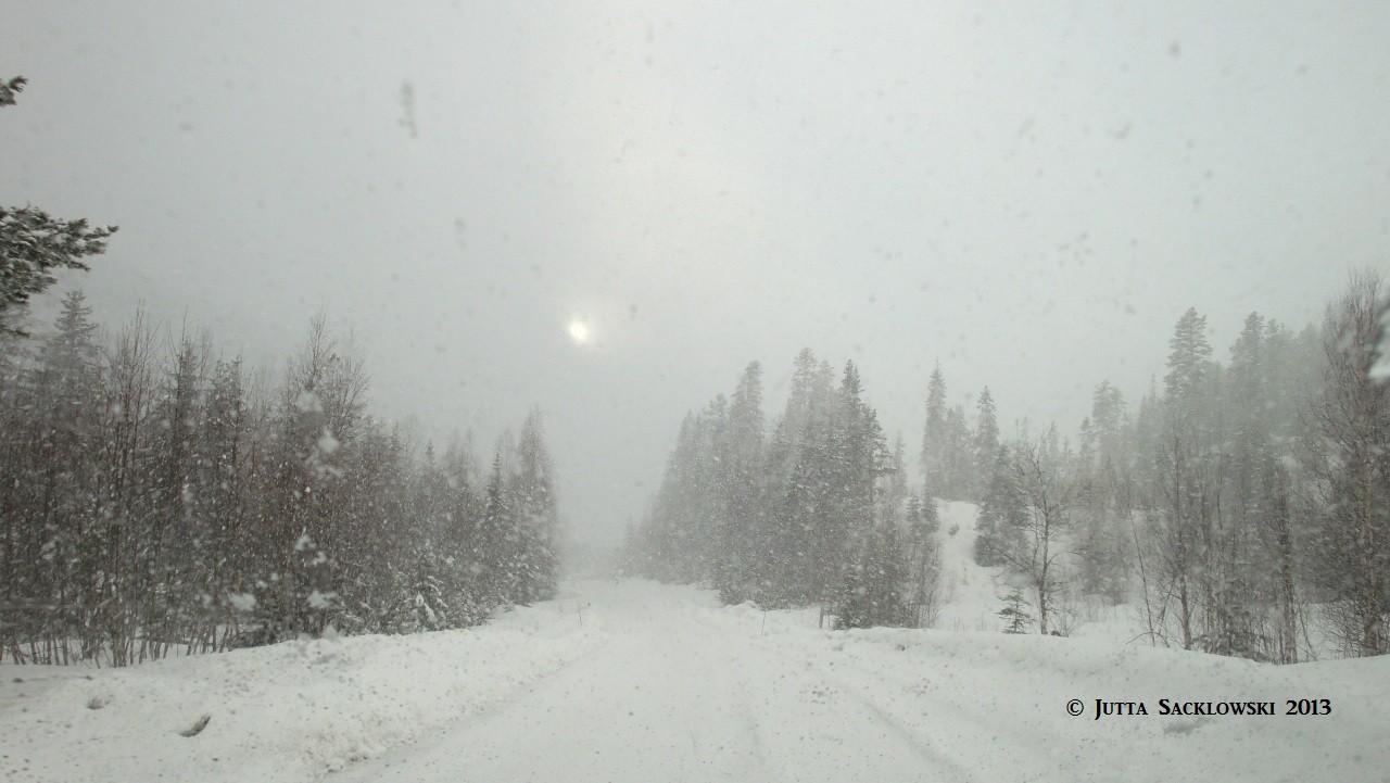 Schneeschauer und Sonne im Hintergrund