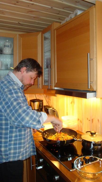 Der Koch ist voll konzentriert