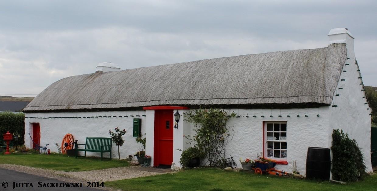 Altes irisches Haus am Meer - mit festgebundenem Schilfdach.