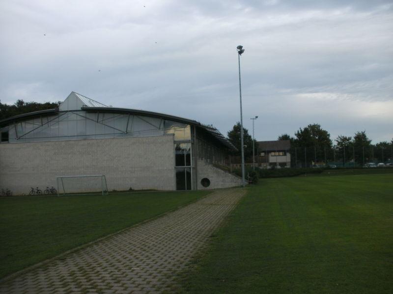 Sportplatz mit Sporthalle