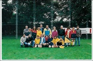 Das Frauenfussballteam 1996 nach Gewinn des LBS-Cups