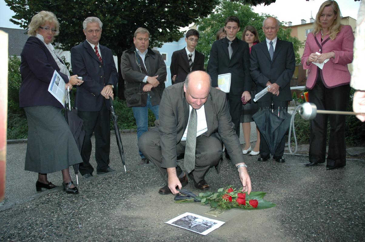 Blumenniederlegung durch Enkel des Opfers