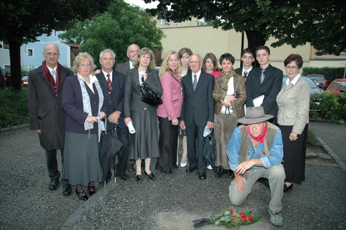 Angehörige von Rudolf Redlinghofer mit Bürgermeisterin LAbg. Rinke und dem Künstler