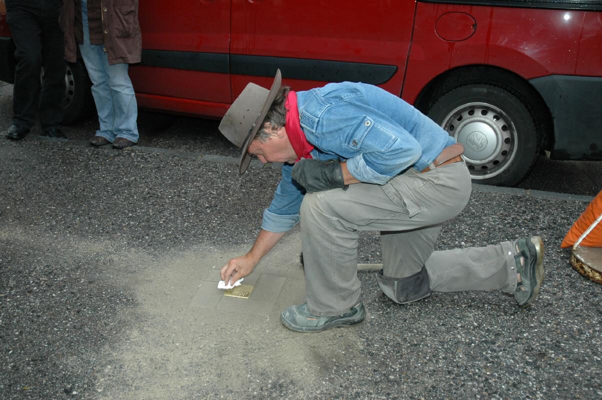 Reinigung des Stolpersteins nach der Verlegung