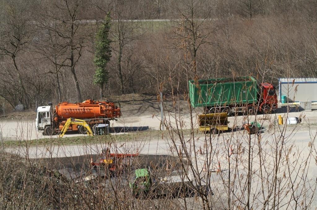 ore15:43 Si nota un gran traffico di camion vari in discarica