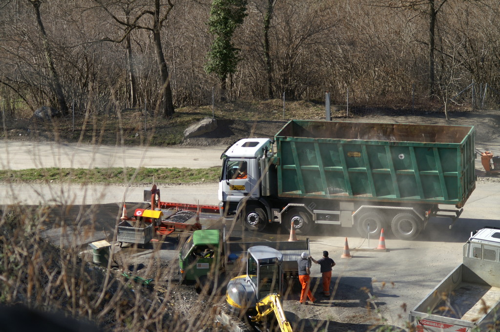 ore 16:43 Nel frattempo i camion passano senza fermarsi e per pochi secondi nel nuovo impianto di lavaggio automatico e lasciano la discarica con le ruote parzialmente ipregnate di scorie e ceneri